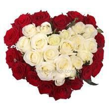 Сердце из роз крсного и белого цвета