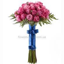 Букет из роз на высоких стеблях, с атласной лентой