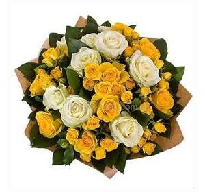 Букет из роз Аваланч и желтых кустовых роз