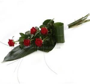 Каскадный букет из красных роз и листьев аспидистры