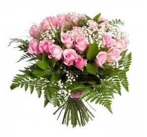 Букет из розовых роз, гипсофилы, рускуса и ледерварена