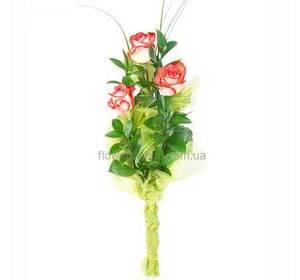 Букет из трех импортных роз с рускусом, упаковка - органза