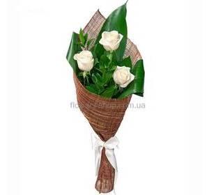 Белые розы с зеленью в сетке
