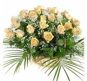 Корзина кремовых роз с гипсофилой и зеленью
