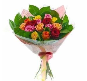 Букет из разноцветных роз в упаковке