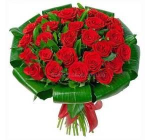 Букет из красных роз с аспидистрой