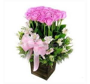 Розовые розы с альстромериями в кашпо