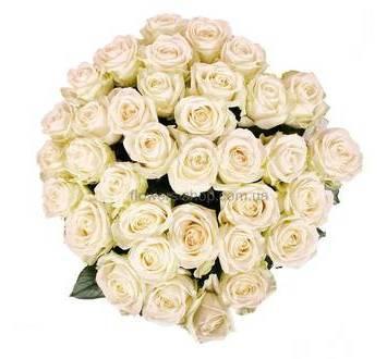 Белые розы в декоративной упаковке