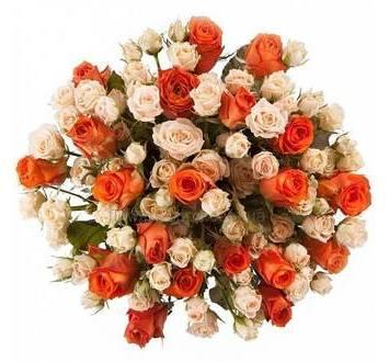 Круглый букет из кустовых роз