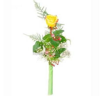 Одна желтая роза с зеленью и декором