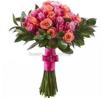 Букет из роз розовых оттенков с зеленью рускуса