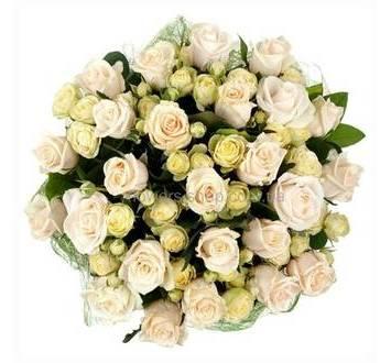 Букет в белых тонах из розы Аваланч и кустовых роз