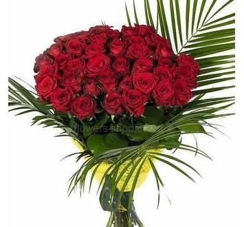 Букет из красных роз с листями феникса в декоративной упаковке