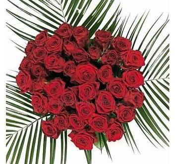 Букет красных роз с зеленью в сизали