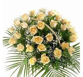 Цветочная корзина из бежевых роз