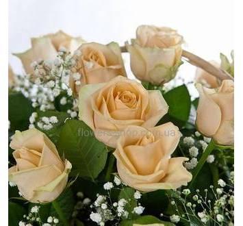 Розы с гипсофилой и фениксом в корзине