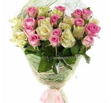 Букет из белых и розовых роз в сизали