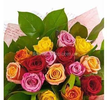Букет из цветных роз с зеленью и декоративным оформлением