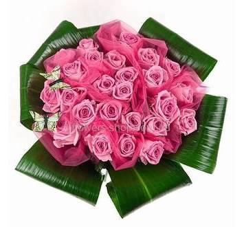 Букет из роз Аква с зеленью и декором