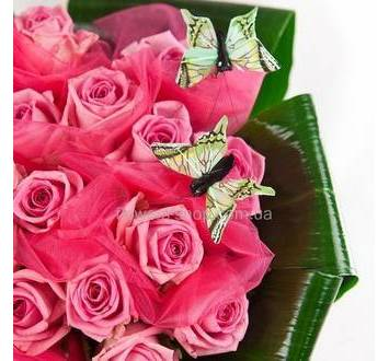 Букет из розовых роз с зеленью и декором