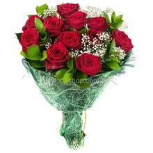 Букет из красных роз, гипсофилы и рускуса, упакованный в сизаль