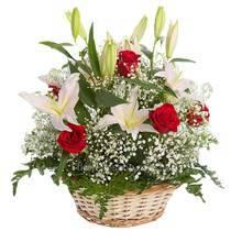Белые лилии, красные розы и гипсофила в корзине