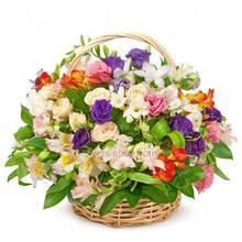 Яркая цветочная корзина с фрезиями, альстромериями, эустомами и розами