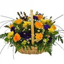 Корзина с желтыми розами, мелкими хризантемами, фрезиями и эустомами с зеленью ледерварена
