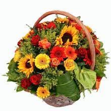 Цветочная корзина с подсолнухами, антуриумами, розами и герберами