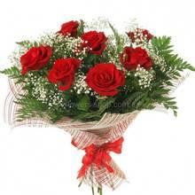 Букет красных роз с гипсофилой, ледервареном, упакован в сетку