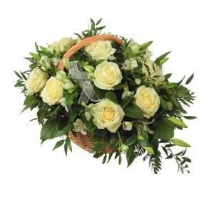 Корзина с белыми розами, лилиями и альстромериями