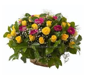 Цветочная корзина с мини-герберами, розами, зеленью и гипсофилой