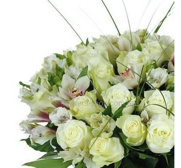 Белые розы, орхидеи цимбидиум и альстромерии, лента