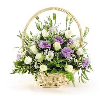 Цветочная корзина с эустомами, гипсофилой и зеленью