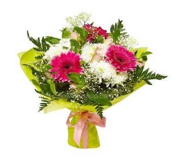 Букет с хризантемами, розовыми герберами и альстромериями, в упаковке