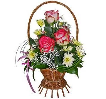 Корзинка с розами и хризантемами
