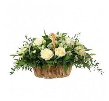 Цветочная корзина из альстромерий, роз и лилий с зеленью