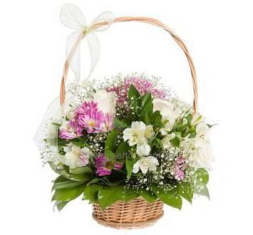 Цветочная корзина из белых роз и альстромерий, розовых хризантем и гипсофилы
