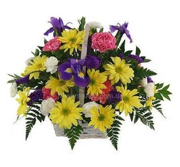 Корзина с желтыми хризантемами, ирисами, гвоздиками и ледервареном
