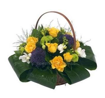 Цветочная композиция из роз, хризантем, трахелиума, фрезий, аспидистры и зелени