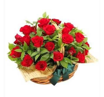 Корзина из красных роз, зелени, с флористической бумагой
