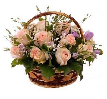 Корзина с розовыми розами, сиреневыми эустомами и гипсофилой