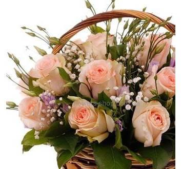 Корзина с кремовыми розами, лизиантусами, гипсофилой и декоративной зеленью