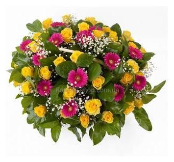 Корзина с желтыми розами, герберами, гипсофилой и декоративной зеленью