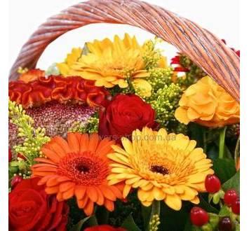 Разноцветные розы, герберы, декоративная зелень