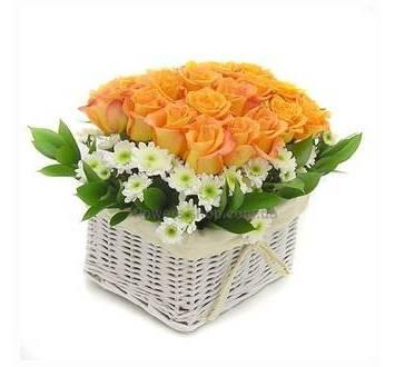 Цветочная композиция в кашпо из желтых роз и хризантем
