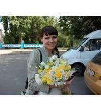Яркий букет из желтых роз и белых альстромерий