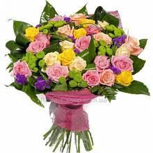 Букет из роз разных сортов, зеленых хризантем и зелени, в сетке