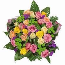 Розы, хризантемы, листья аспидистры и ледерварена, сетка