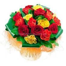 Красные, желтые розы, аспидистра, декоративная упаковка